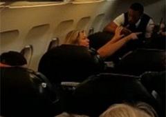 П'яна росіянка в літаку: «Путін вб'є вас!» - фото