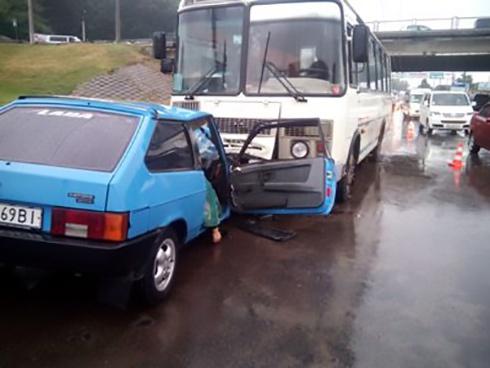 У Хмельницькому легковик протаранив пасажирський автобус, загинула людина - фото