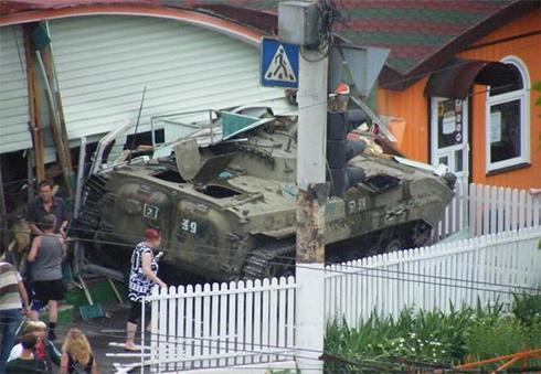 У Луганську БМП врізалася в будівлю, загинули люди - фото
