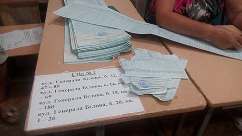 Декого вибори у Чернігові «дістали»: чоловік отримав й відразу розірвав бюлетень - фото