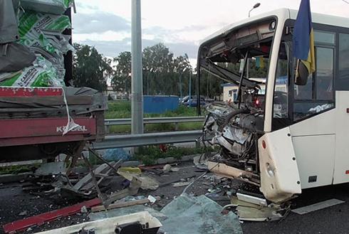 На Полтавщині автобус з військовими потрапив в аварію, є загиблий - фото