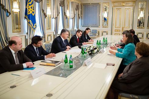 Нуланд привітала Порошенка з успішним просуванням конституційної реформи - фото