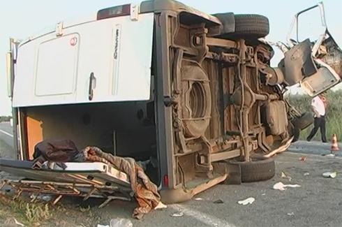 Під Миколаєвом мікроавтобус з пасажирами зіткнувся з вантажівкою - фото