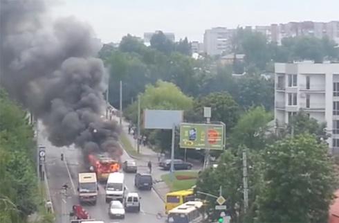 У Львові палаючий тролейбус врізався в будинок - фото