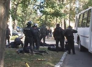 Біля метро «Житомирська» міліція зі стріляниною затримала 20 «рекетирів» - фото