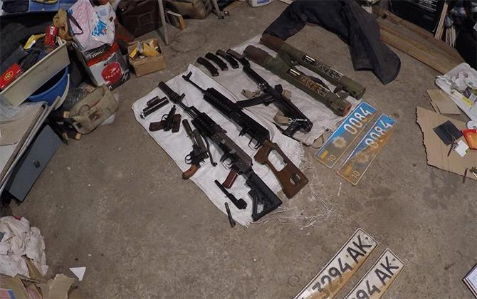 Людину, у якої знайшли арсенал зброї та нарколабораторію, суд відпустив під заставу 110 тис грн - фото
