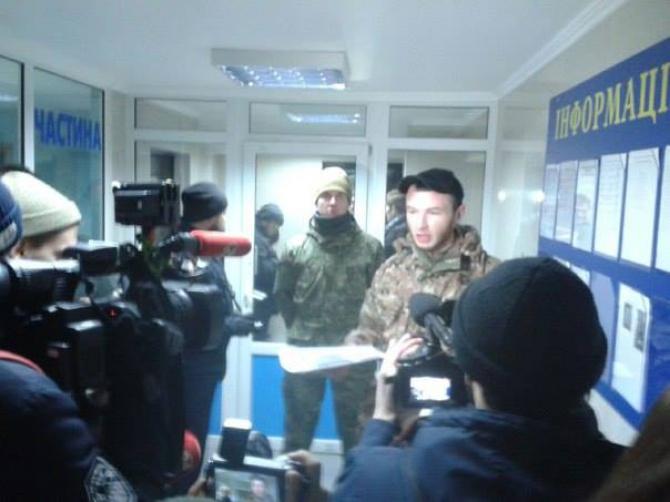 Активісти захопили вестибюль Подільського відділку поліції - фото