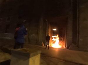 Показово підпалили двері ФСБ на Луб'янці - фото
