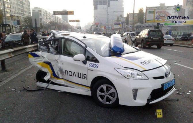 П'яний водій зім'яв пів автомобіля з патрульною поліцією - фото