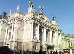 У Львові біля Оперного театру сталася різанина - фото