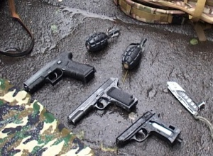 В центрі Києва затримали юнака з пістолетами, гранатами - фото