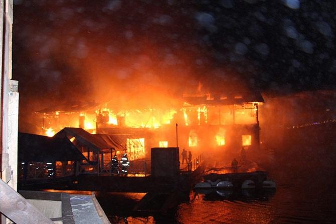 В Києві згорів ресторан «Веранда на Дніпрі» - фото