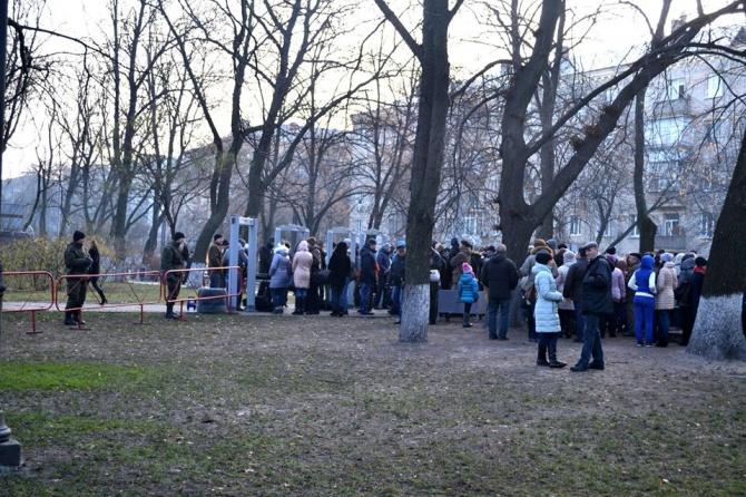 Вдову дослідника Голодомору охорона Порошенка не пропустила до Меморіалу Голодомору в Києві - фото
