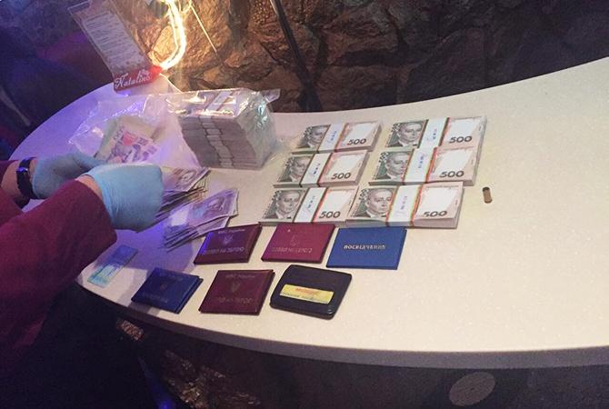 50 тисяч доларів вимагали податківець і поліцейський на Київщині - фото