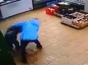 Матір жорстоко побила свою дитину в магазині з-за 2 тисяч рублів [Відео] - фото