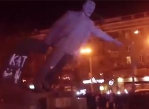 У Дніпропетровську повалили пам'ятник кату Петровському - фото
