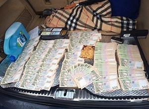 У Києві трьох податківців затримали на хабарі у 3,8 млн грн - фото