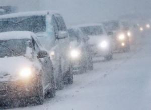 В Росії чоловік помер в сніговій пробці на трасі - фото