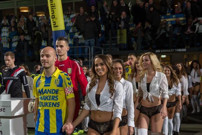 Голландські футболісті вийшли на поле не з дітьми, а з моделями в нижній білизні - фото