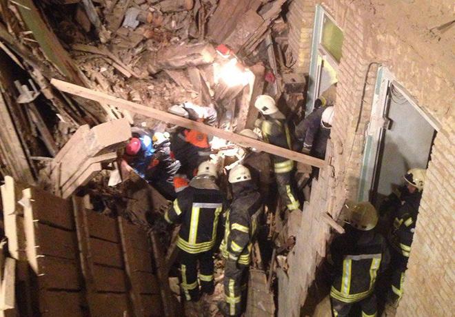 На Богдана Хмельницького обвалився будинок, під завалами опинилися люди - фото