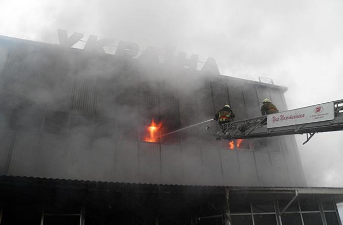 В Ужгороді ледь не згорів універмаг «Україна» [відео] - фото