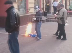 В центрі Москви зірвали, розірвали і спалили прапор України - фото