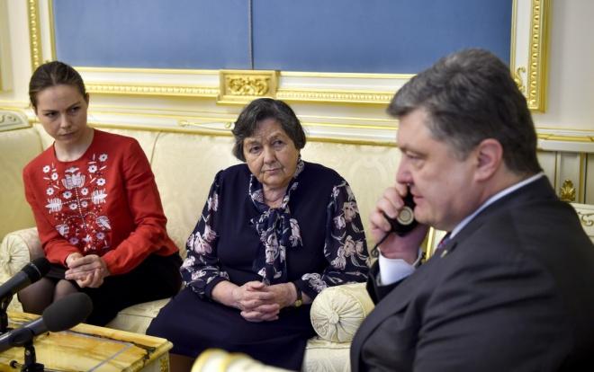 Мати, сестра та президент вмовили Надію Савченко припинити голодування - фото