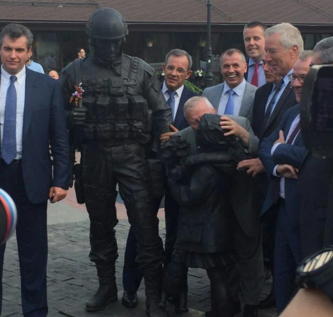 Французький депутат в Криму поцілував пам′ятник солдату-окупанту - фото