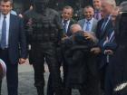 Французький депутат в Криму поцілував пам′ятник солдату-окупанту