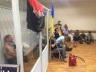 """Суд заарештував комбата """"Айдару"""", активісти забарикадувалися з ним в суді"""