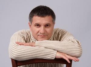 Аваков задекларував величезну квартиру, коштовності, антикваріат, «сценарій у вигляді рюкзаків» - фото