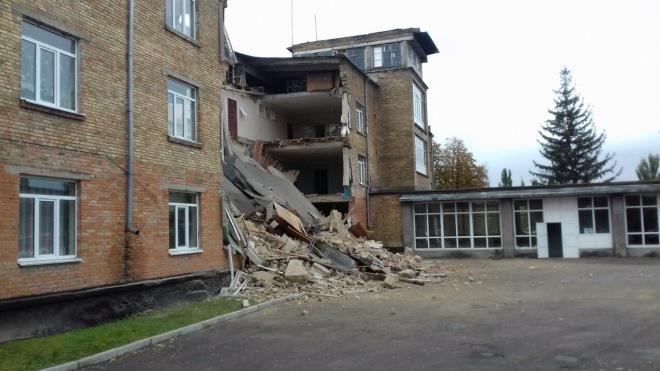 У Василькові обвалилася школа прямо під час уроків - фото