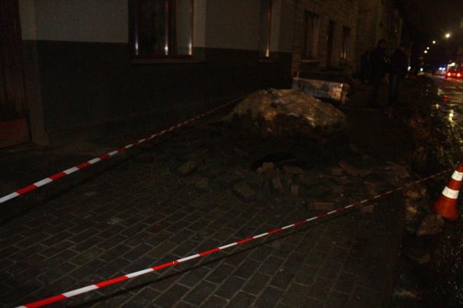 В Тернополі стався вибух в каналізаційних люках, травмовано пішоходів - фото