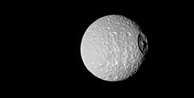 НАСА показало незвичний кратер на Мімасі, обрисований тінню - фото