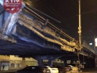 У Києві обвалилася частина Шулявського мосту