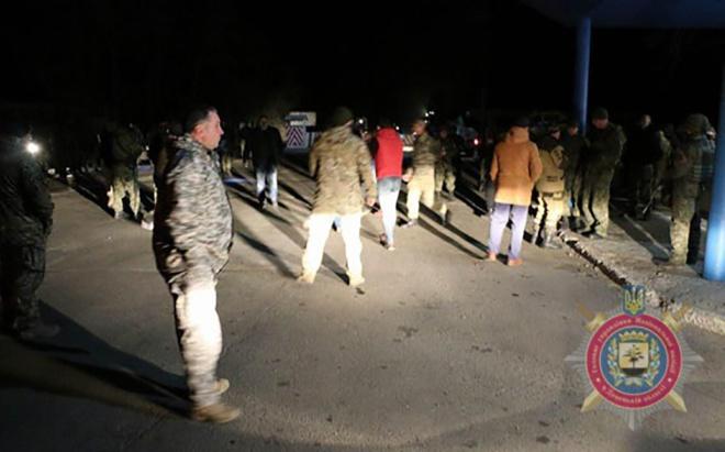 Сталися сутички між поліцією та «блокадниками», які прямували на підкріплення до Бахмута - фото