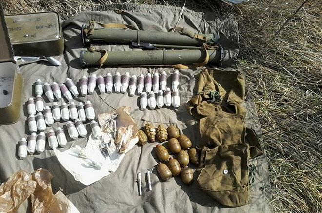 В районі АТО виявили дві схованки зі зброєю - фото