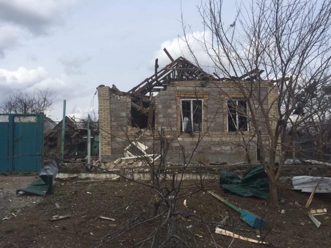 З «Градів» обстріляли жилий сектор Авдіївки - фото