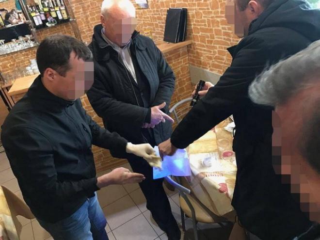 Одного з керівників Львівського аеропорту затримано на хабарі - фото