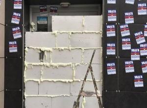 """У Харкові поліція силою розблокувала відділення російського """"Сбєрбанку"""" - фото"""