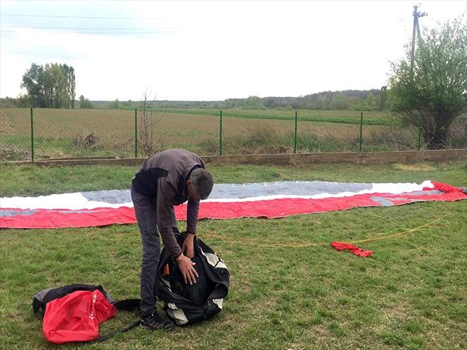 З Угорщини в Україну занесло парашутиста - фото