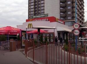 Чоловік вбив іншого ударом в голову за паління в Макдональдсі на Мінській - фото