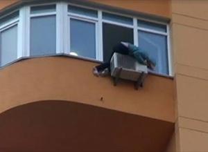 На Оболоні намагалася повіситися, а потім вистрибнути з 11 поверху уродженка Луганщини - фото
