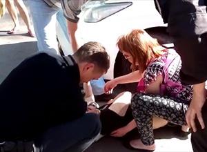 У Запоріжжі патрульні переїхали жінку, яка перешкоджала затримувати свого співмешканця (відео) - фото