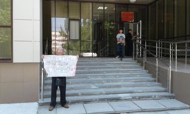 В окупованому Сімферополі поліцаї скрутили хворого престарілого чоловіка - фото
