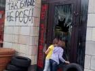 Магазин на Грушевського провчили за знищене графіті