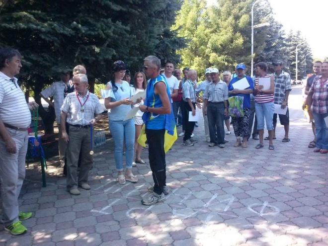 На окупованій Луганщині спортсмен накинув на себе прапор України, його злякалися нагороджувати - фото