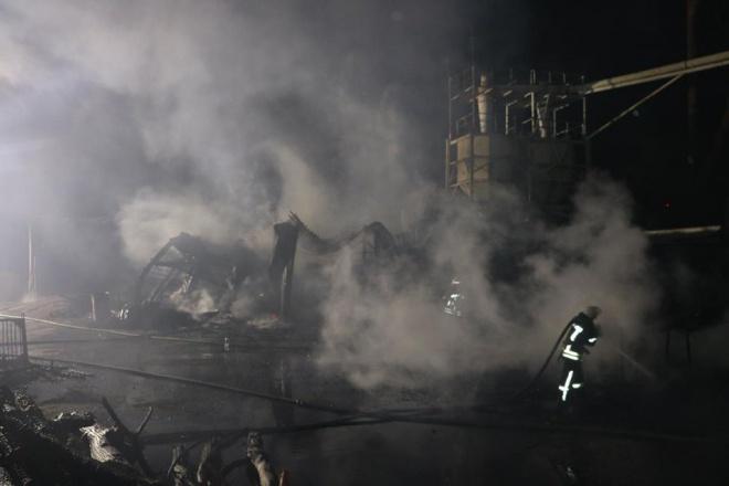 На Позняках виникла масштабна пожежа на складах - фото