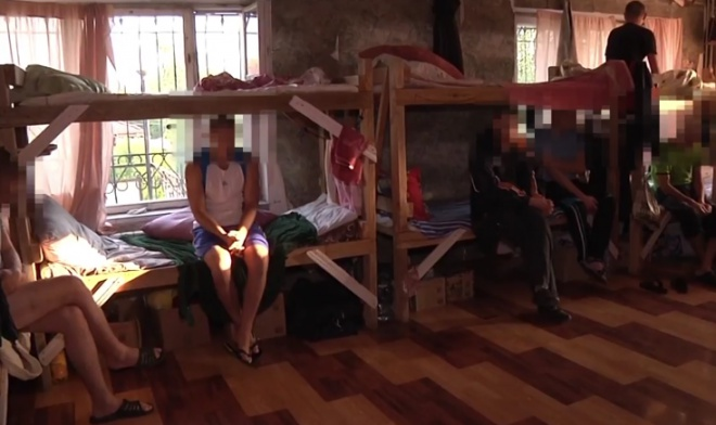 На Запоріжжі з «реабілітаційного центру» правоохоронці звільнили 100 осіб - фото