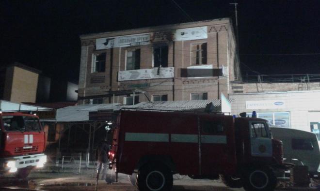 П′ятеро загинуло в пожежі у хостелі: люди опинилися у пастці з-за решіток на вікнах - фото